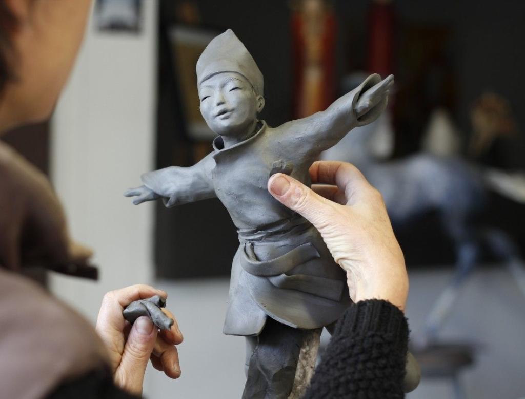 Sandra Courlivant travaille sur une sculpture