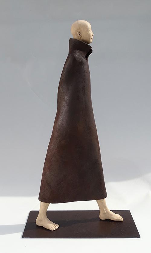 Cheminement, sculpture en argile brun