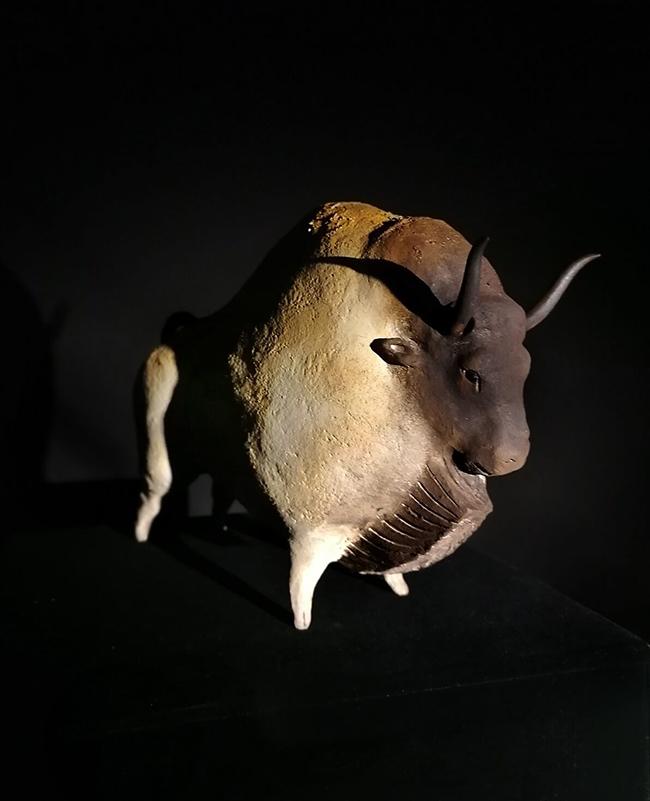 Bison fond de gaume, sculpture de Sandra Courlivant
