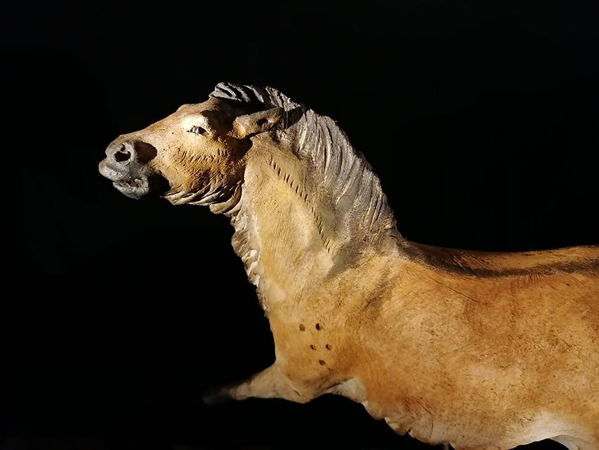 Cheval de Lascaux, Grande vache de Lascaux en terre, sculpture de Sandra Courlivant